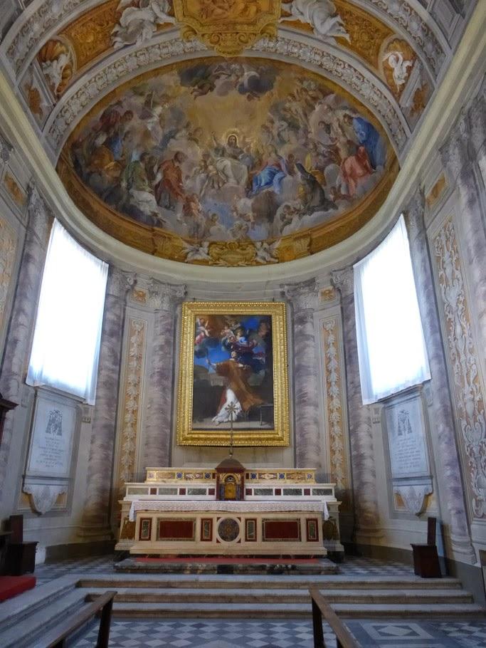 Le tableau au-dessus du maitre-autel représente la gloire de saint Laurent.