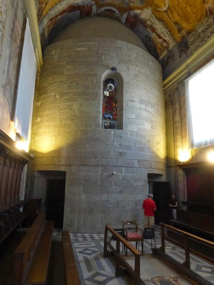 L'abside rajoutée après la guerre couvre une partie du décor peint de la voûte.