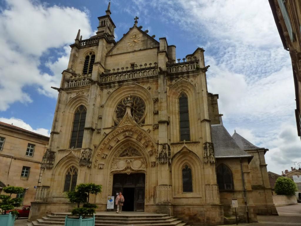 L'église Saint-Étienne et sa façade de style gothique flamboyant où apparaissent des éléments typiques de la Renaissance.