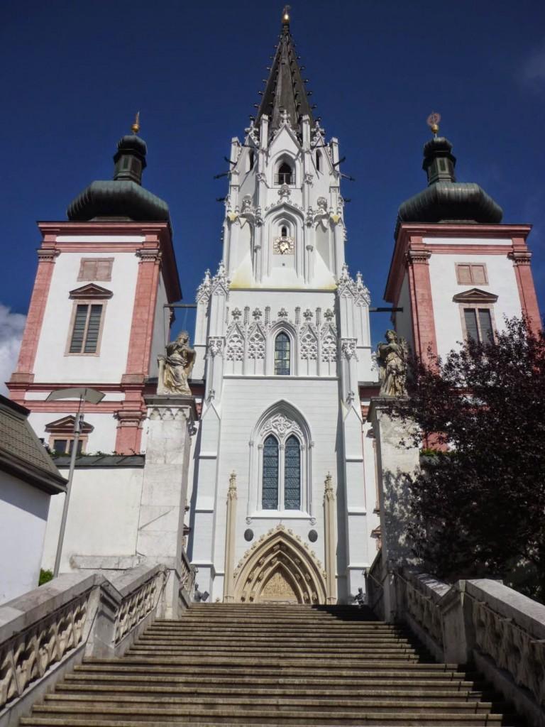 Bien que baroquisée, l'architecture gothique se lit parfaitement dans la tour centrale.