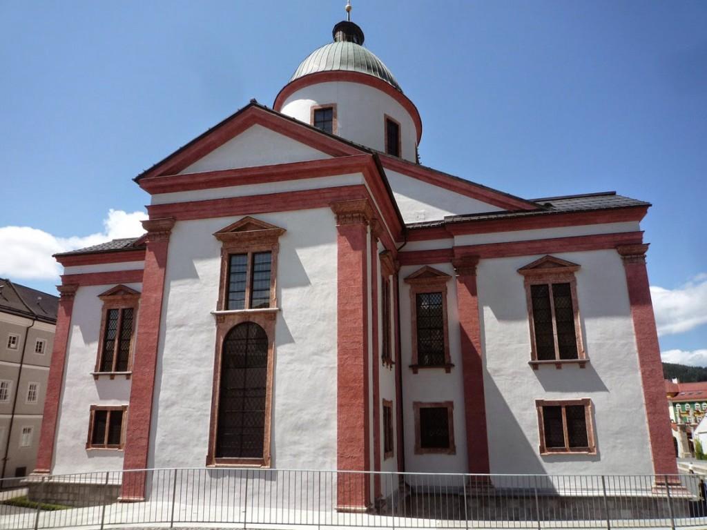 Le chœur gothique a totalement disparu pour laisser la place a un chevet permettant d'agrandir l'édifice et de construire un dôme.