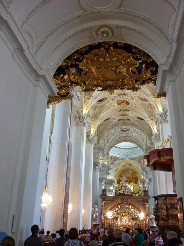 La structure gothique de la nef centrale a été baroquisée.