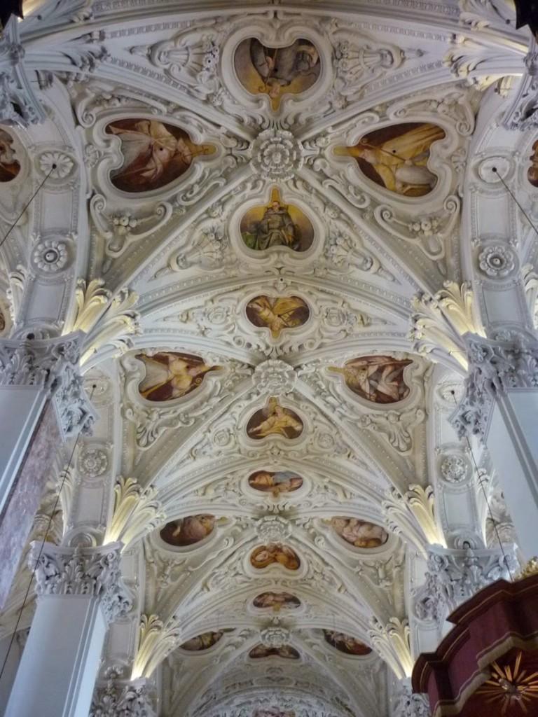 Les voûtes à croisée d'ogives sont encore parfaitement lisibles sous l'ornementation baroque dans la nef centrale...