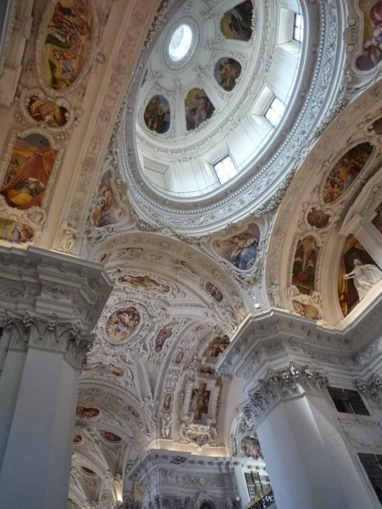 La basilique a été agrandie vers l'Est afin de pouvoir construire un dôme sur tambour.