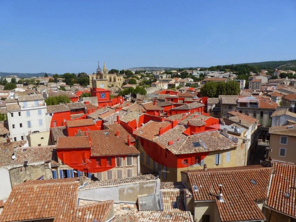 """Le """"Double disque évidé par les toits"""" de Felice Varini, a été réalisée en 2013 dans le cadre de Marseille-Provence, capitale européenne de la culture."""