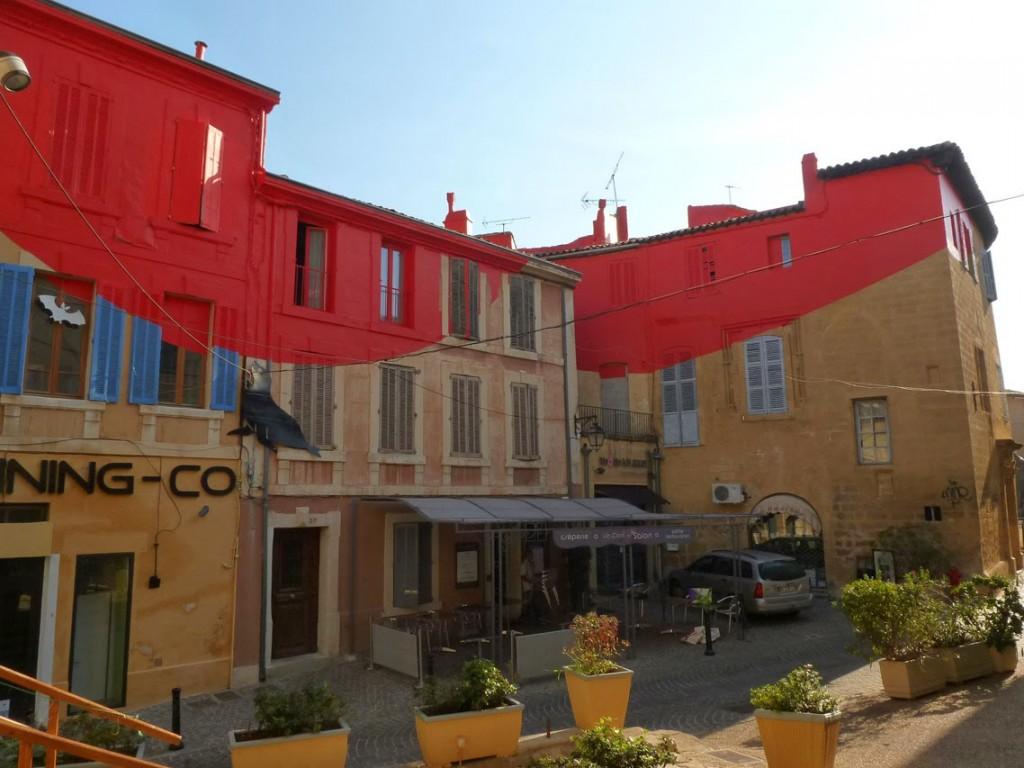 De nombreux fragments rouges étaient visibles dans la ville.