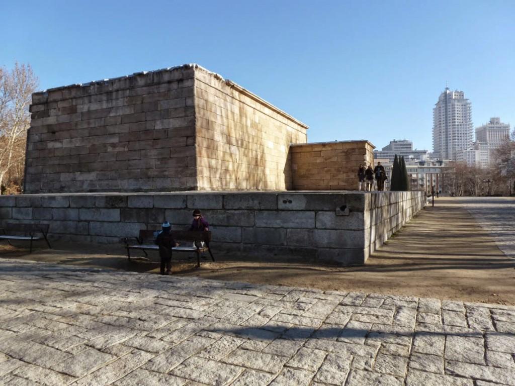 L'arrière du sanctuaire avec le mammisi à droite.