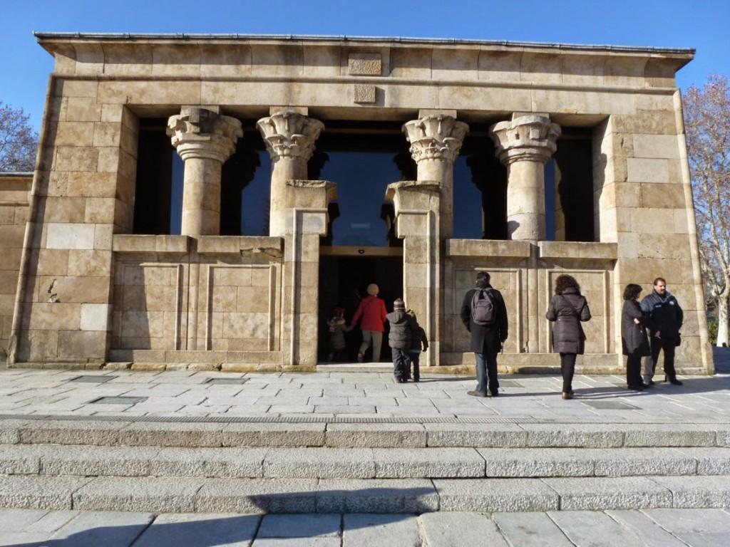 La symétrie typique des temples égyptiens se lit en façade.