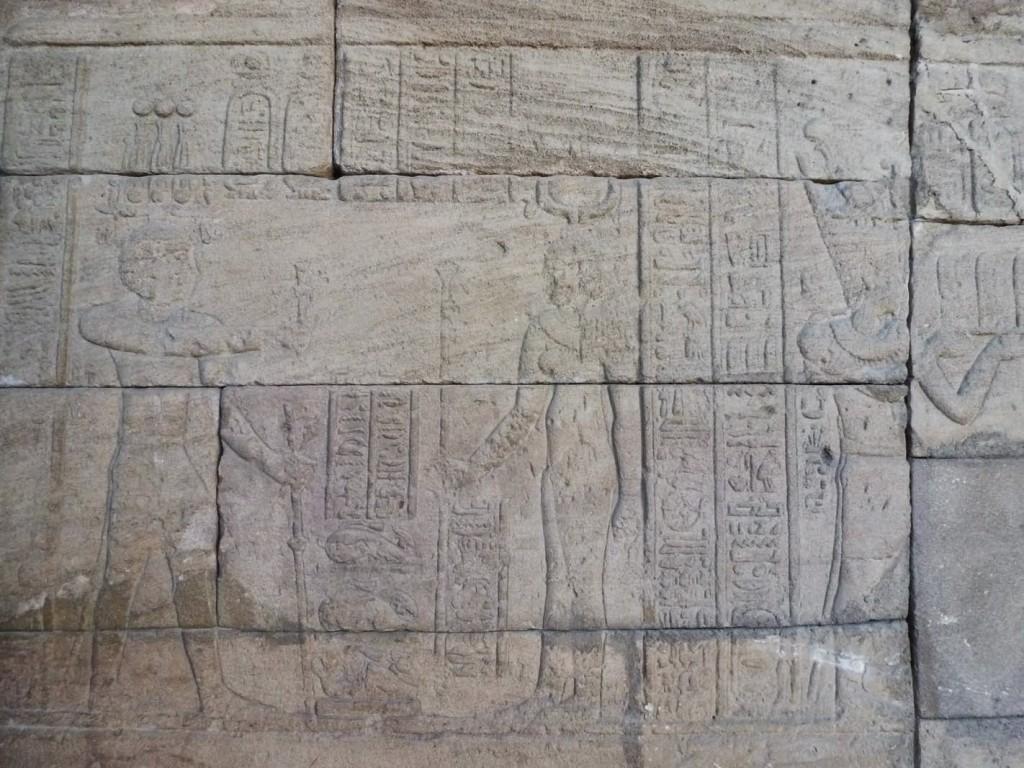 Chapelle d'Adijalamani: Bas-relief représentant l'empereur romain Auguste (à g.) dédicaçant une offrande de trois animaux à la déesse Osiris.