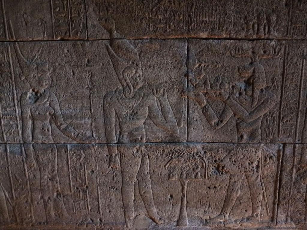 Chapelle d'Adijalamani: Bas-relief montrant le roi nubien Adijalamani offrant un plateau d'aliments (à d.) au dieu Harpocrate et à la déesse Ouadjet.