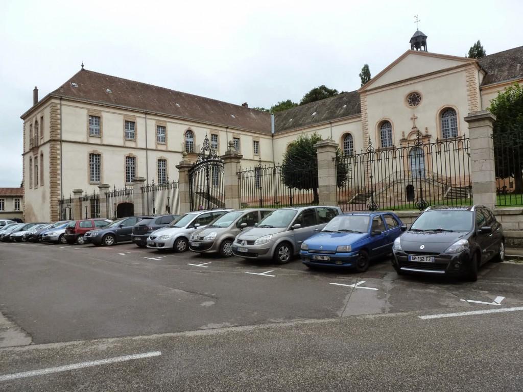 L'hôtel-Dieu de Cluny construit au début du XVIIIe par le cardinal de Bouillon.