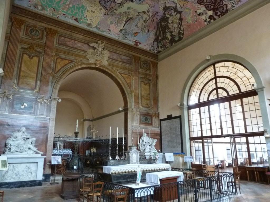 La peinture du plafond contraste avec le décor sobre de l'intérieur de la chapelle.