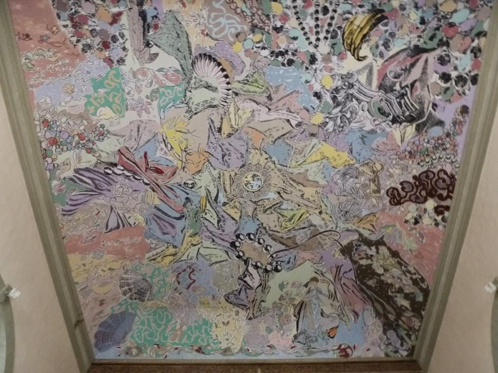 L'œuvre mêle des motifs dans lesquels nous pouvons apercevoir la Vierge Marie, des coquillages, des oiseaux, des éléments architecturaux, des fleurs, ou encore des anges musiciens.