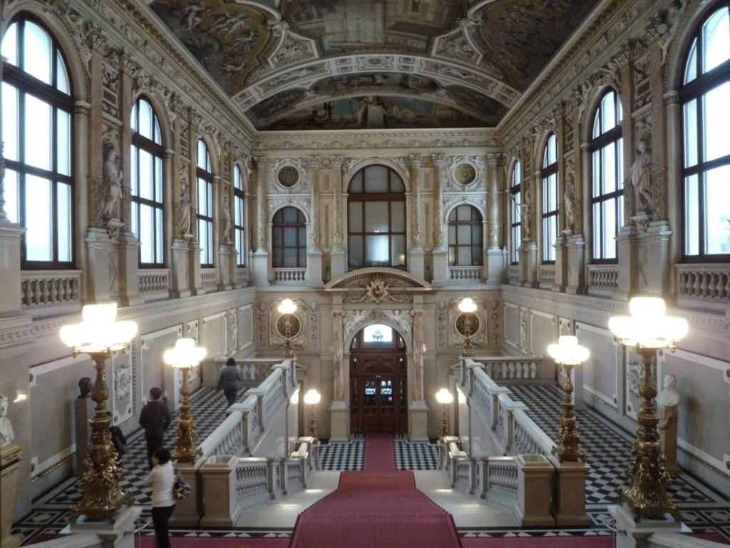 L'escalier de droite où se trouve la fresque de Roméo et Juliette.