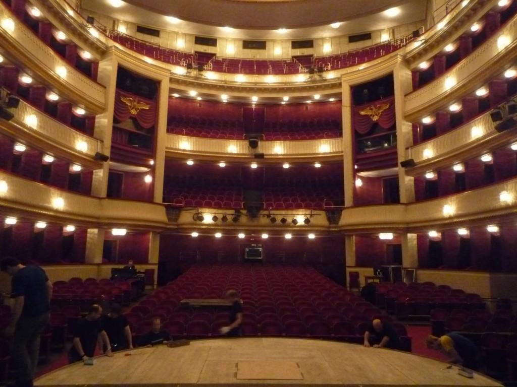 La salle de spectacle a été reconstruite après avoir été détruite lors de la Seconde Guerre mondiale.