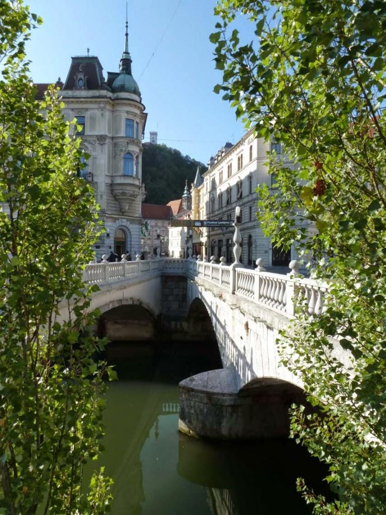 Environ un siècle après, l'architecte slovène Jože Plecnik rajoute un pont de part et d'autre (sur la gauche de la photo).