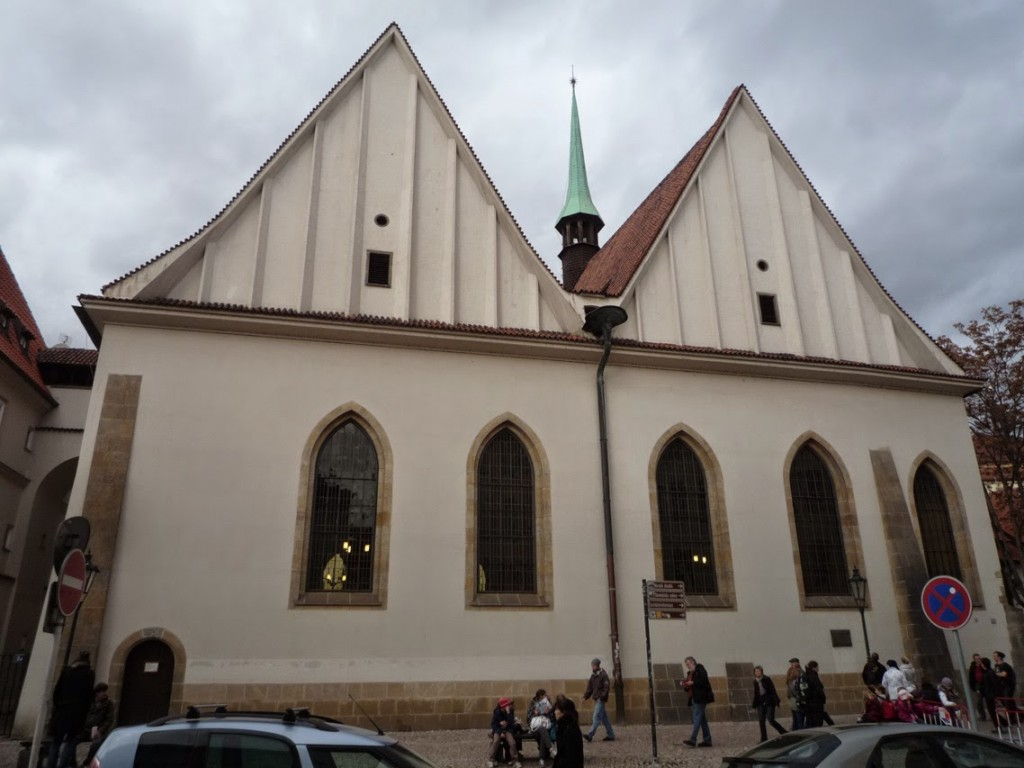 La chapelle présente deux pignons sur la place, traduisant un plan d'église-halle.