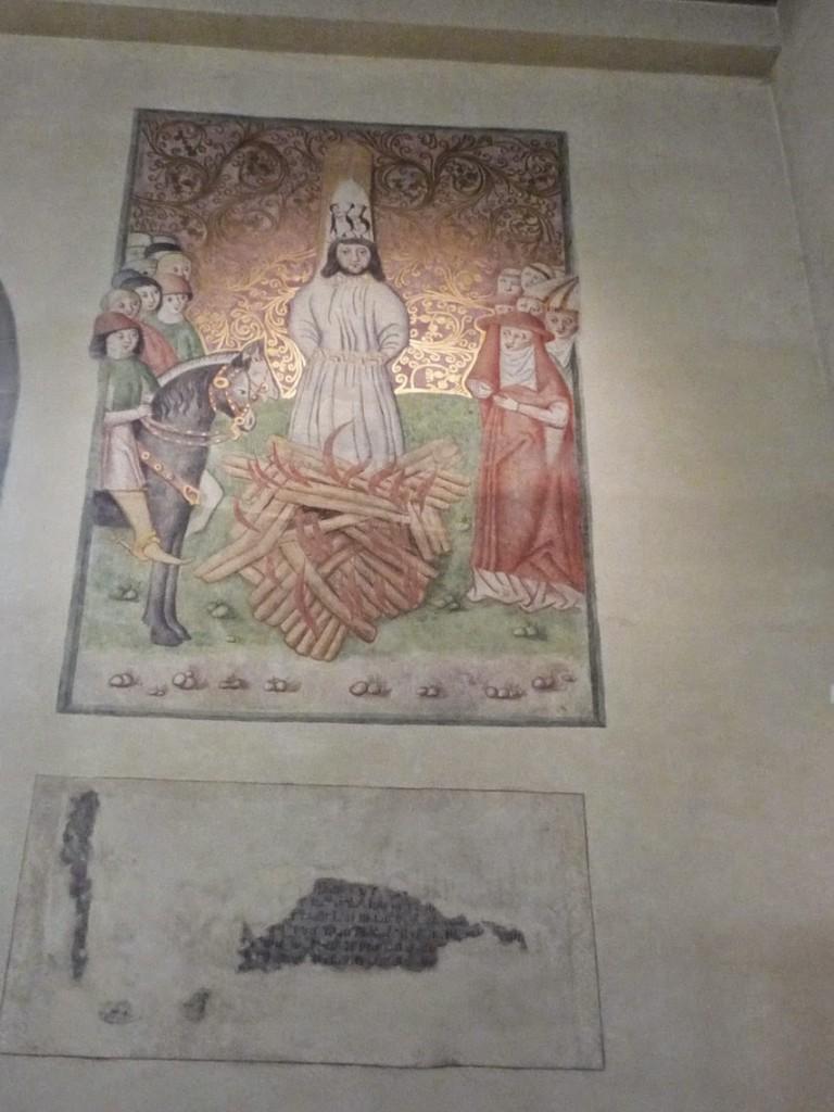 Peinture murale représentant la mort de Jan Hus, qui a été brûlé vif en juillet 1415, coiffé d'une mitre de carton orné de diables.