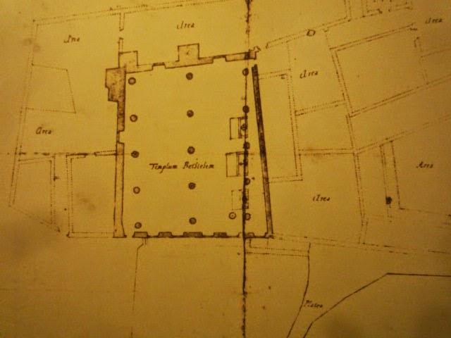 Le plan de la chapelle reprend la forme trapézoïdal de la parcelle.