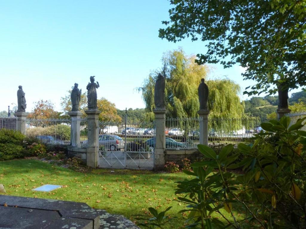 Les piliers de la clôture portent chacun la statue d'un saint.