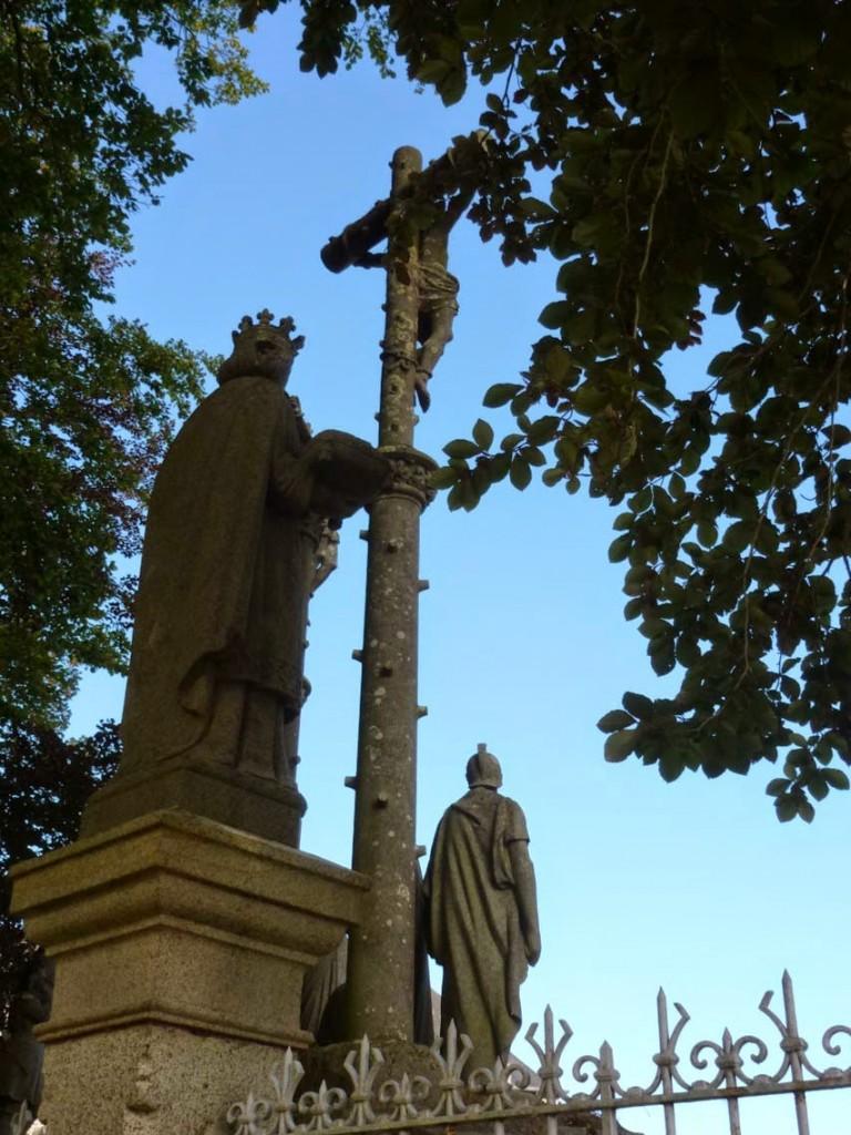 Statue de saint Louis de dos.