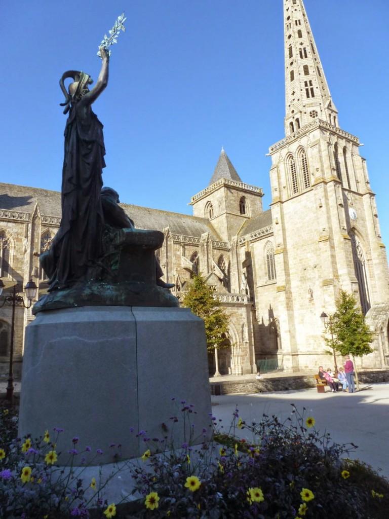 Le monument à Ernest Renan avec la cathédrale en second plan (Selon la légende, l'évêché de Tréguier a été fondée en 542, pour disparaitre pendant la Révolution).