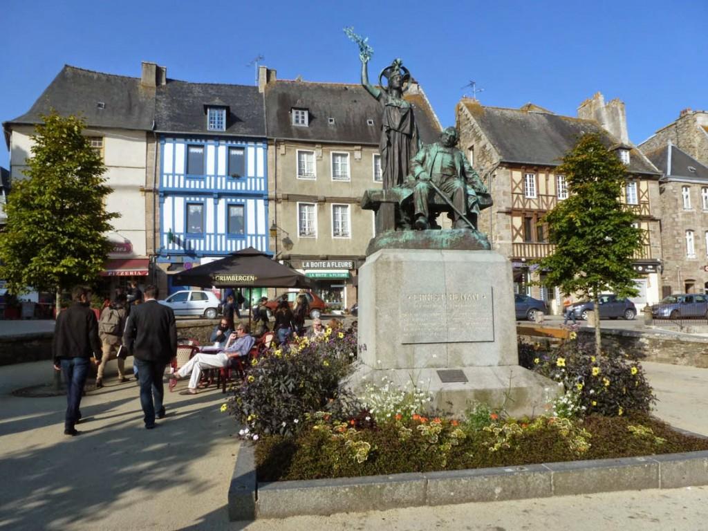 La statue d'Ernest Renan, en position assise, est dominée par la statue d'Athéna, symbolisant la libre Pensée.