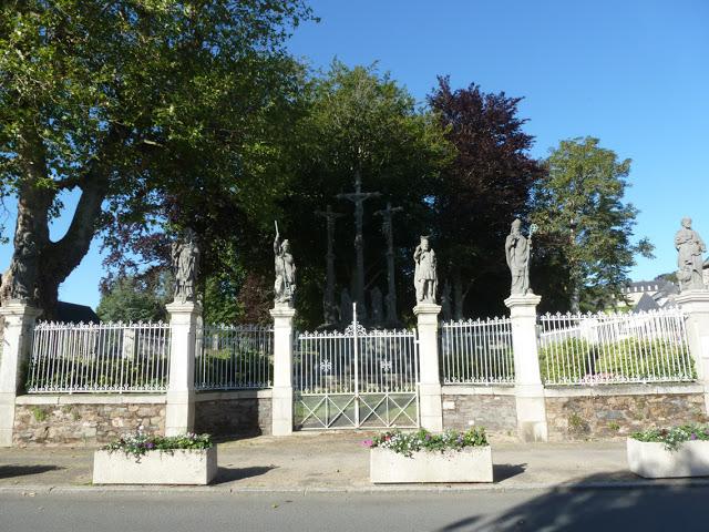 Le calvaire de la Protestation a été érigé en 1904. Chaque pilier de la clôture donnant sur la rue est surmonté par une statue. De gauche à droite: saint André, saint Brieuc, saint Georges, saint Maurice, saint Tugdual, et saint Pierre.
