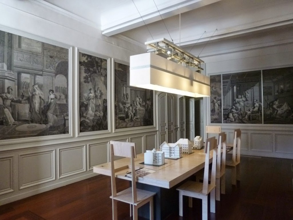 Une des salles d'un appartement au premier étage de l'hôtel de Cordon présente un décor de papier peint sur le thème de l'histoire de Psyché, réimpression du début du XXe d'un original réalisé vers 1815.