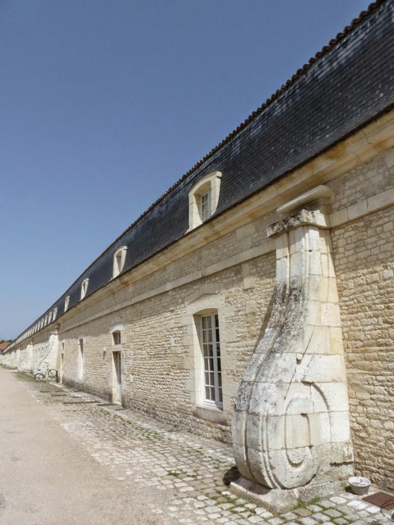Les contreforts de la façade arrière ont été rajoutés pour reprendre le déversement du mur côté ville.