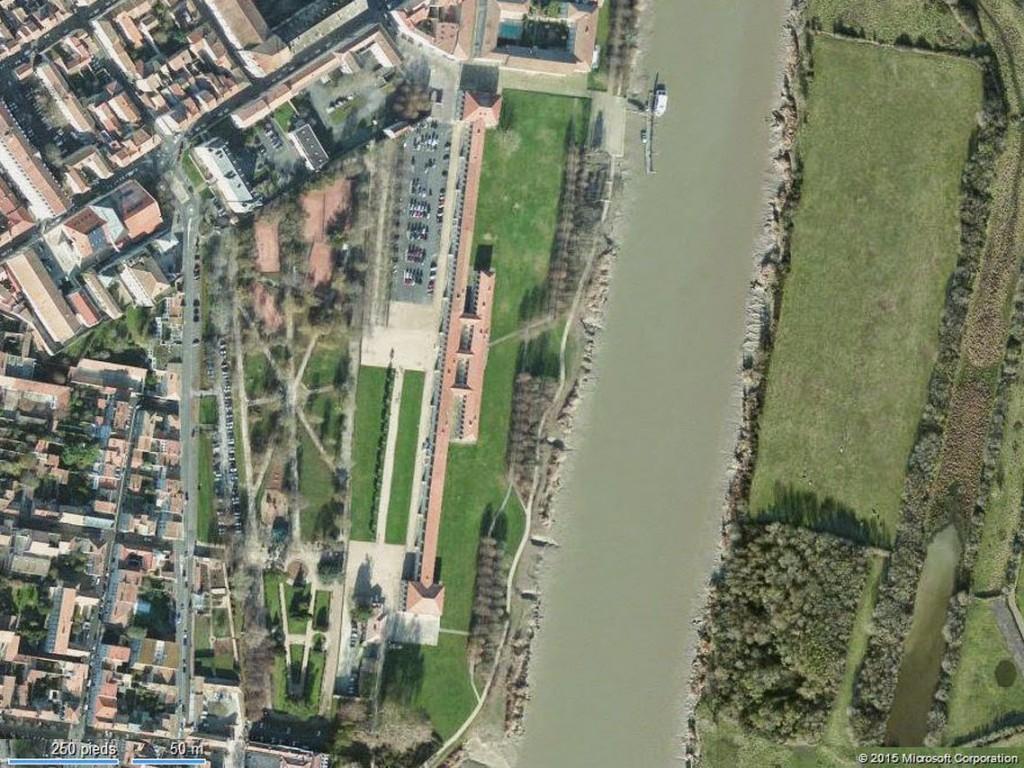 La corderie royale a été construite au bord de la Charente, en même temps que le nouvel arsenal militaire, à une vingtaine de kilomètre des côtes, ce qui protégeait le site d'une attaque par les mers.