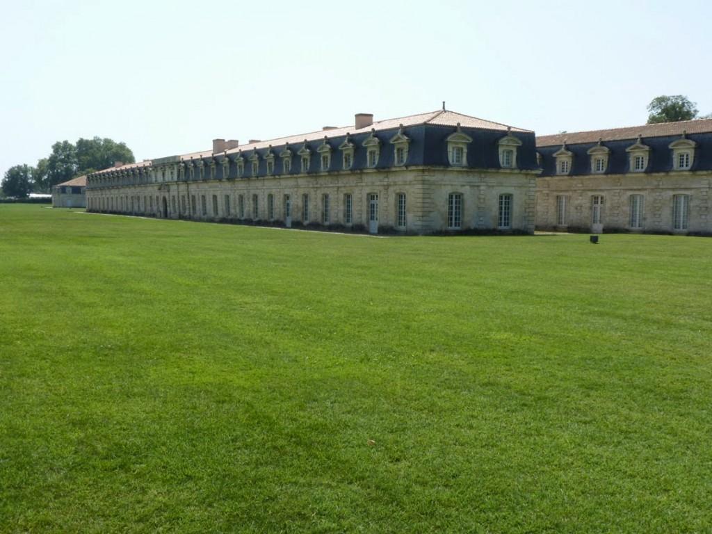 Un bâtiment moins long est construit parallèlement du côté du fleuve, et accueillait l'étuve et la goudronnerie).