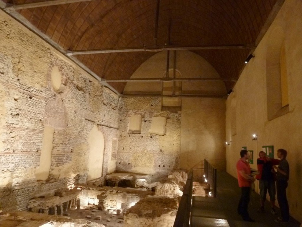 Plus de 7,5 mètres d'élévation de maçonnerie antique ont été conservés dans le mur Sud dans la nef. (Sur la photo et depuis le mur Ouest des thermes: le caldarium et le sudatorium.)