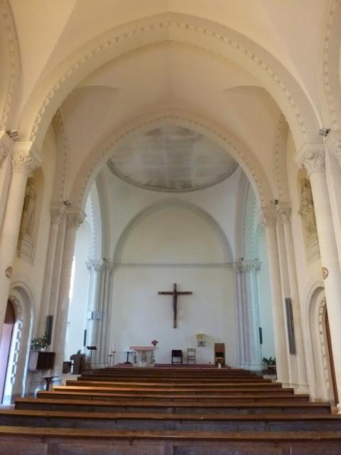 Le culte a été maintenu dans le transept et le chevet, qui ont été séparés de la nef par une paroi.