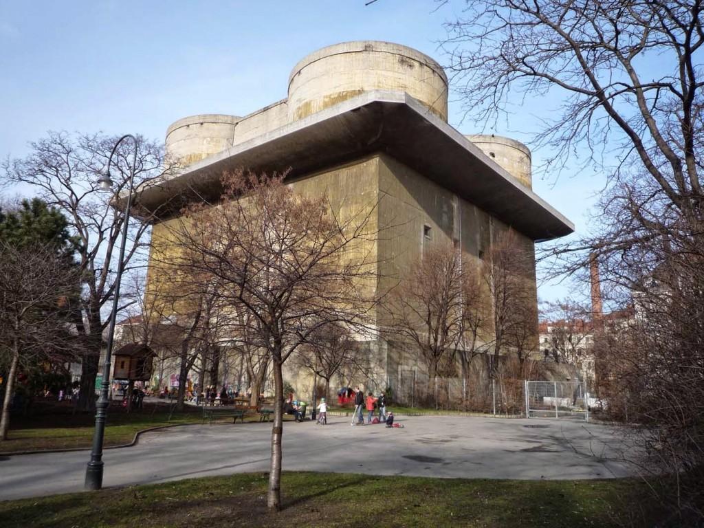 """La tour 1-G, dans le parc de Arenberg, est occupée par le """"Contemporary Art Tower"""", dépôt du musée des Arts appliqués. Visitable, l'intérieur de la tour a gardé une grande partie de son agencement intérieur initial."""