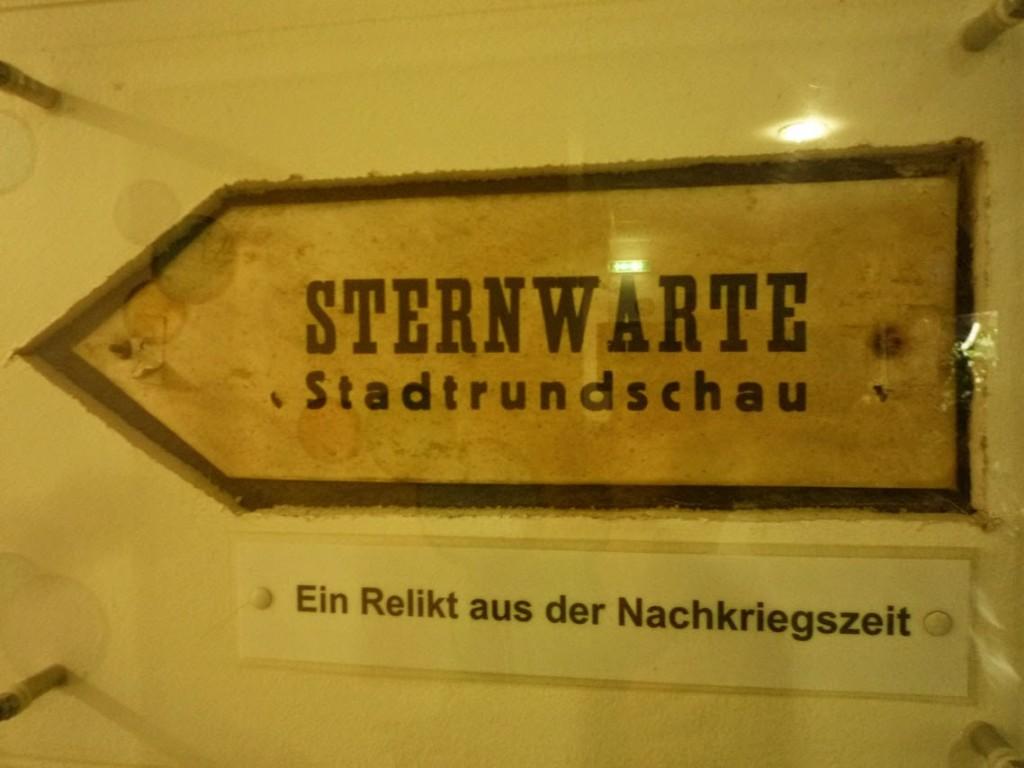 Une pancarte datant de l'après-guerre, indique le chemin jusqu'à l'observatoire panoramique sur la ville.