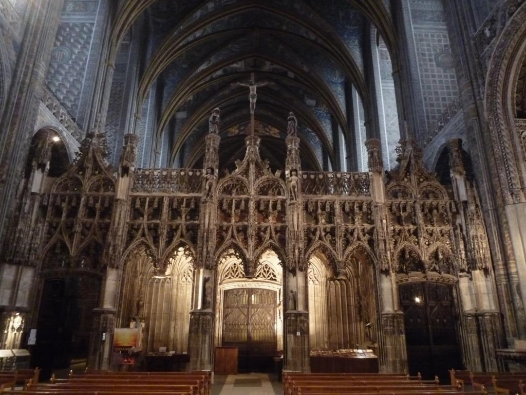 La cathédrale d'Albi a également conservé son jubé. Construit à la fin du XVe siècle et de style gothique flamboyant, il isole le chœur et ses deux rangés de sièges des stalles de la nef. Il est considéré comme un des plus beaux encore en place.