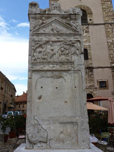 Les trous marquent l'emplacement des anneaux qui servaient à attacher le condamné, lorsque la stèle a servi de pilori dès le XVIe siècle.