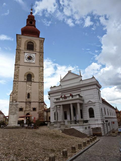 """La place """"Slovenski trg"""" avec le monument à Orphée, haut de presque cinq mètres, en face du beffroi et du théâtre municipal."""