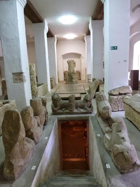 Le monastère des Dominicains abrite la collection lapidaire assemblé lors des fouilles archéologiques dans l'antique Poetovio.
