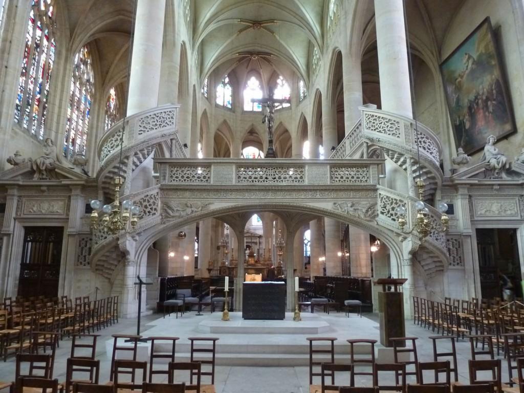 Servant de plateforme surélevée pour le chant et les lectures, et de clôture, la majorité des jubés ont disparu après le concile de Trente. Seul exemple encore en place à Paris, celui de l'église Saint-Étienne du Mont a failli être détruit au milieu du XVIIIe siècle.