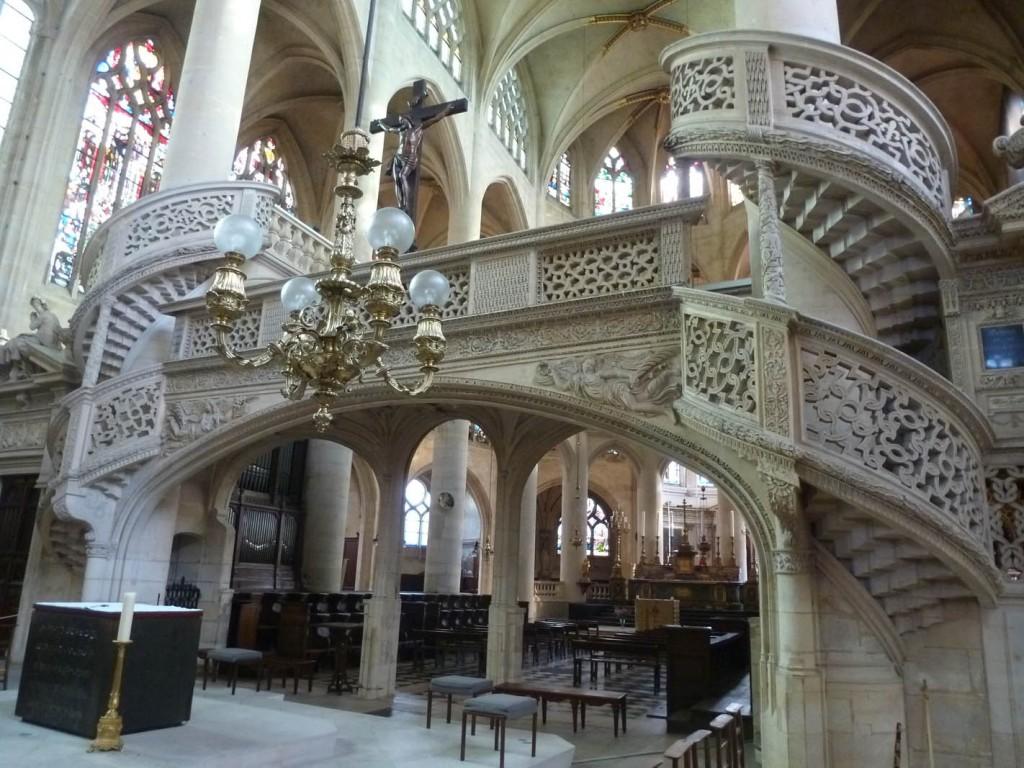 Achevé vers 1545, le jubé a probablement été réalisé par Philibert Delorme, architecte alors le plus en vue.