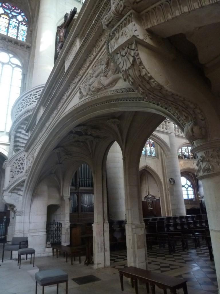 Le jubé est largement ouvert permettant une bonne visibilité sur le chœur depuis la nef.
