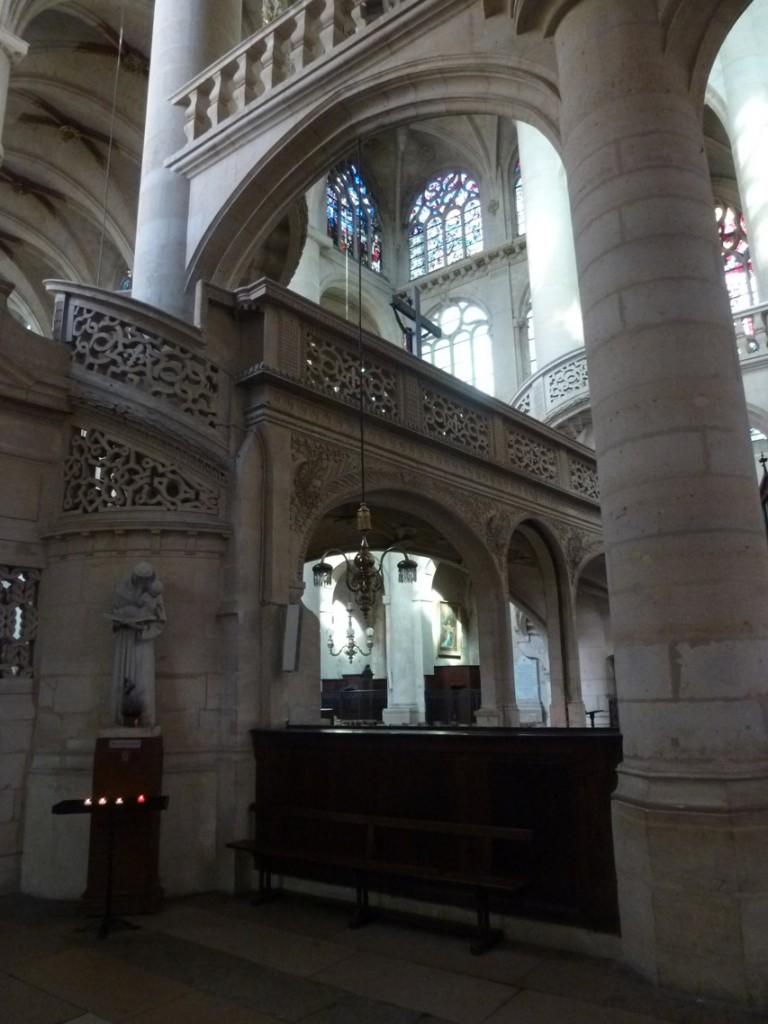 Les deux escaliers s'enroulant autour des piliers permettent d'accéder à la plateforme du jubé, et à la galerie faisant le tour du chœur.
