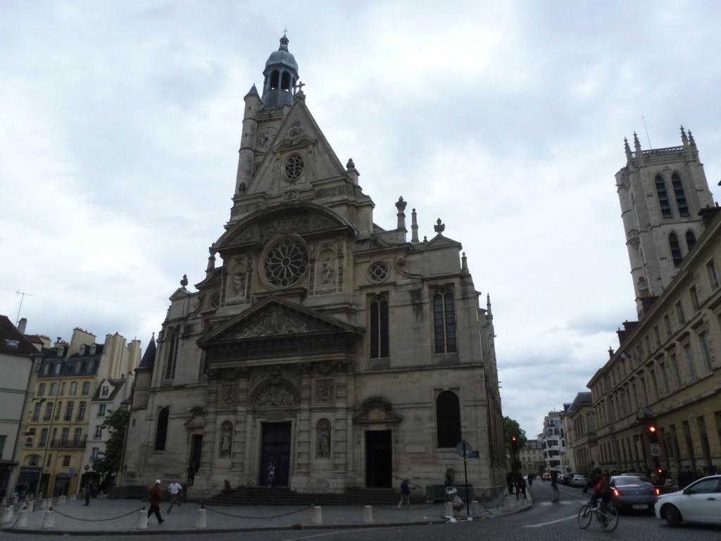 L'église Saint-Étienne du Mont est consacrée en 1626, soit plus d'un siècle après le début de sa construction. Sa façade principale a été fortement restaurée par Victor Baltard entre 1861 et 1868.