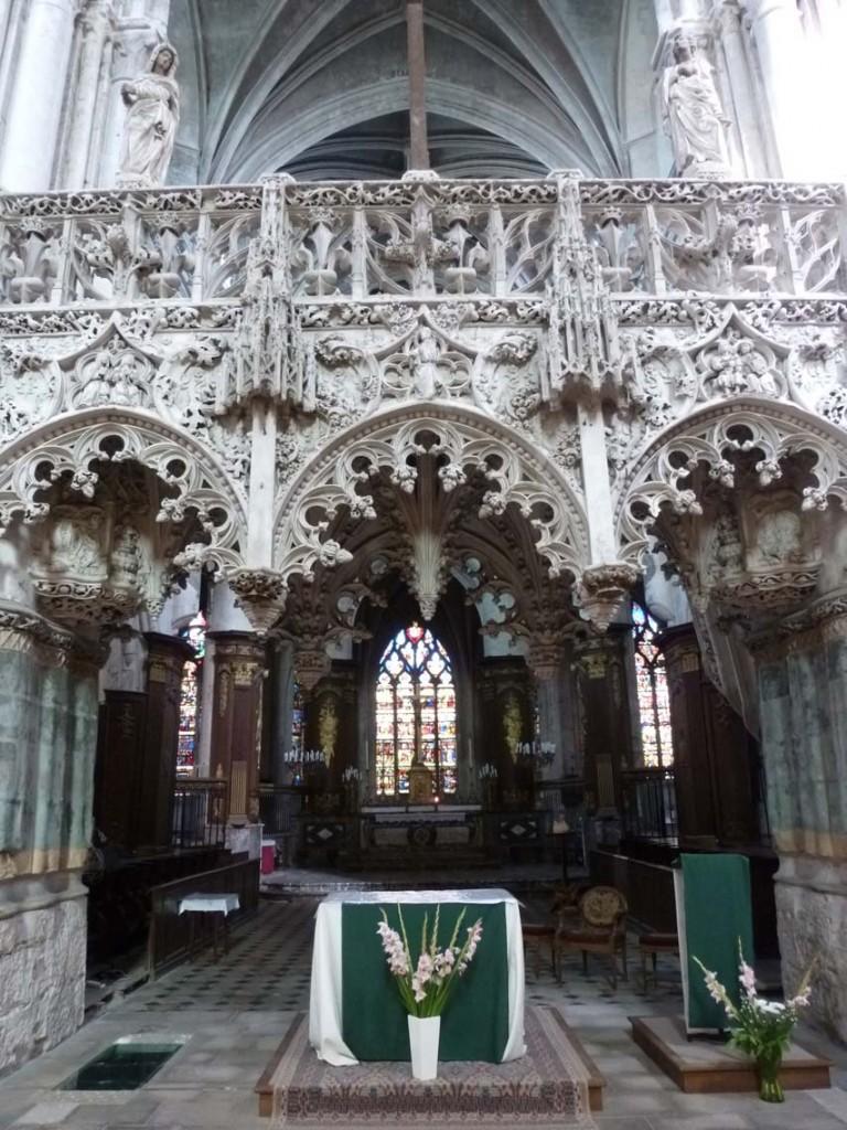 Les travaux du jubé de l'église de la Madeleine à Troyes ont commencé en 1508 pour se terminer sept ans plus tard. Il illustre bien son rôle de plateforme de lecture et de chant, ainsi que de clôture symbolique, tout comme le jubé de l'église Saint-Étienne du Mont. Nous pouvons noter le maitre-autel et le lutrin installés en dessous, suite aux préconisations du concile Vatican II (1962-65).
