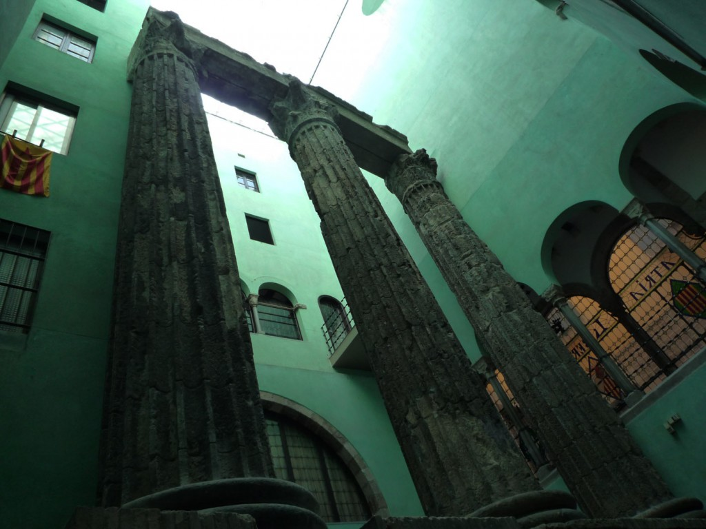 Les vestiges du temple d'Auguste, datant du Ier siècle et situés à leur emplacement d'origine, ont longtemps été cachés à l'intérieur d'édifices médiévaux, avant d'être mis en valeur au début du XXe siècle par la création d'une cour intérieure.