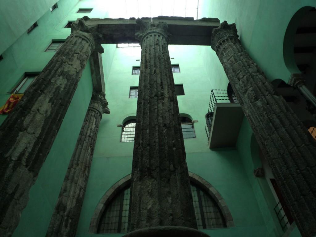 """Une quatrième colonne a été placée en 1956, à base de fragments qui avaient été à l'origine remontés sur la """"plaça del Rei"""". Ces colonnes corinthiennes sont hautes de neuf mètres."""
