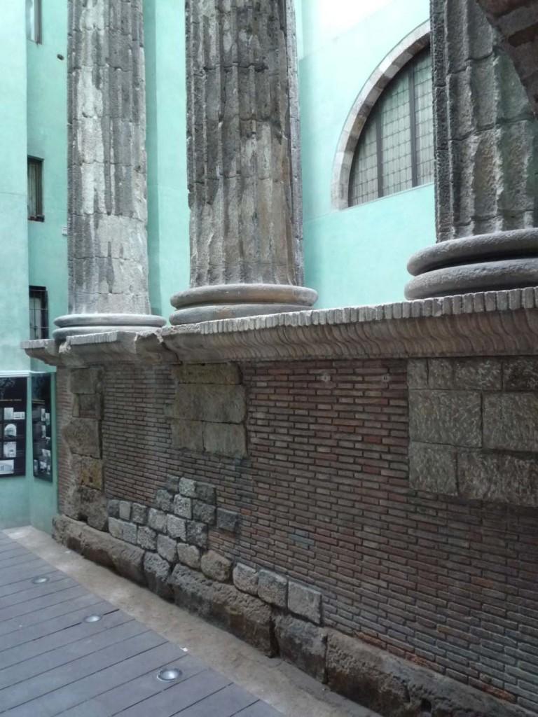 Le temple était construit sur un podium haut à l'origine de trois mètres, soit un tiers de la hauteur des colonnes.