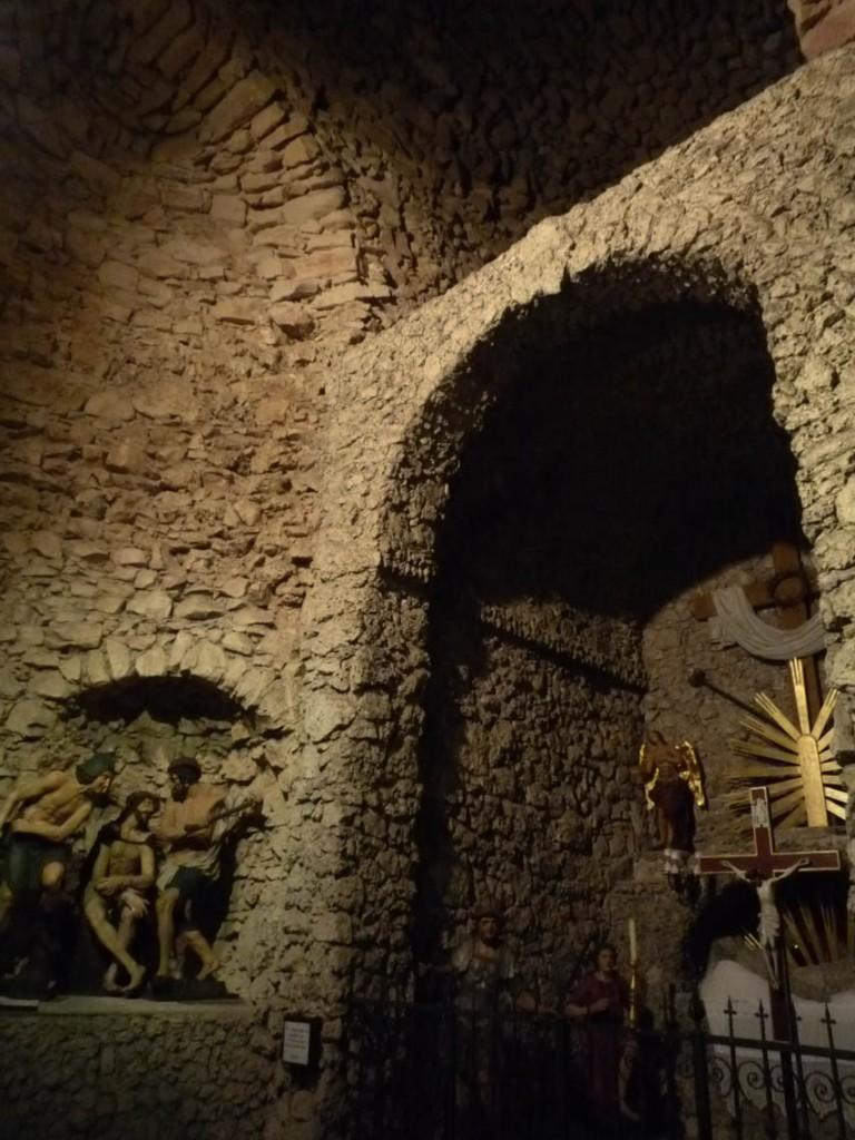 La chemin de Croix se compose de niches et de pièces dans lesquelles les statues sont mises en scène.